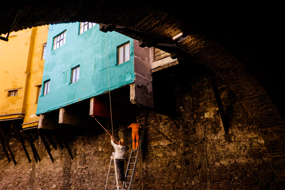 Painting houses in Guanajuato brings it's own special challenges at times!